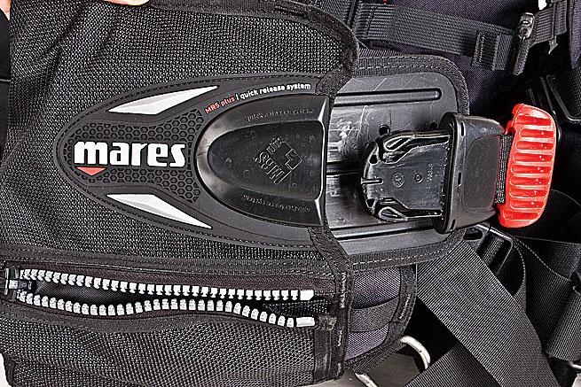 Praktisch: Die Bleitaschen sind mit kurzem Ruck am roten Griff zu entfernen.