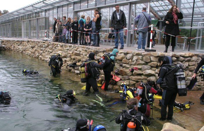 Einstieg an der Tauchbasis. Warm eingepackt kann die Erkundung der künstlichen Unterwasserwelt beginnen! Foto: NaturaGart