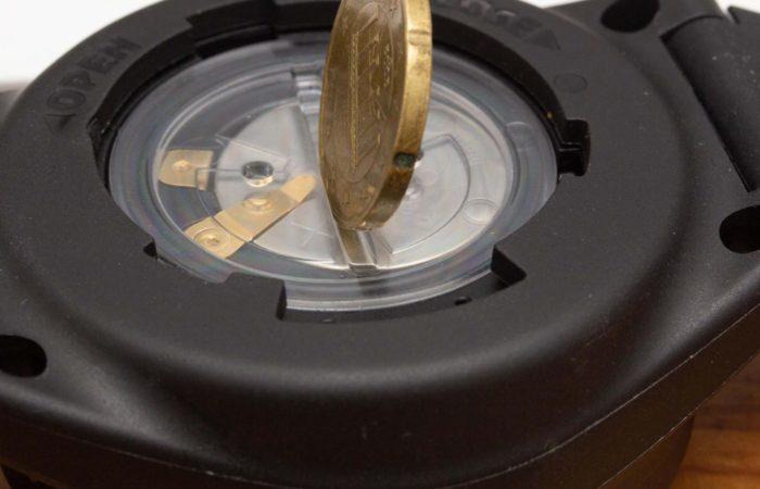 Klever und standesgemäß für einen Rechner dieser Kategorie ist das transparente Batteriefach. Erstens erkennt man den Batterietyp und auch Wassereinbruch wird schnell festgestellt. Daumen hoch dafür.