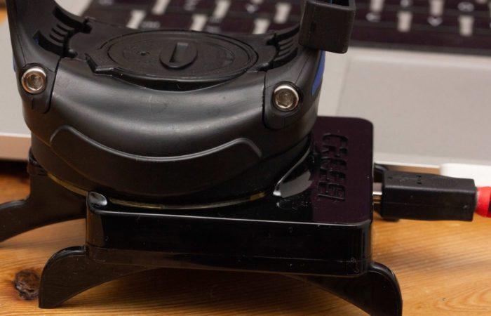 Der Rechner wird nicht fixiert. Daher sollte man darauf achten, den Rechner nicht zu heftig zu berühren. Dies könnte dazu führen, dass die Verbindung unterbrochen wird. Ein kleiner Makel an dem teuren Interface. Angeschlossen wird es mit einem USB-Stecker.