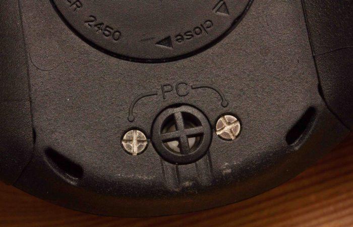 Wie beim Mares Quad auch, wird beim Puck Pro ein Interface benötigt, wenn man ihn auslesen möchte. Mit zwei kleinen Pins an der Unterseite und einer zweipoligen Klammer werden Rechner und Tauchcomputer verbunden.
