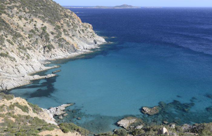Felsige Buchten, kristallklares Wasser: Wer hier mal ankommt, möchte nie wieder weg.