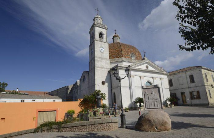 Ausflug ins Landesinnere: der Kirchplatz der Ortschaft Burcei.