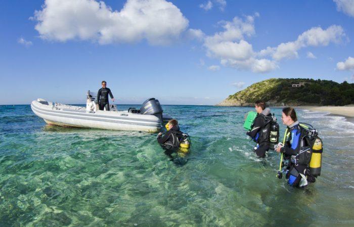 Shuttle zum Tauchgang: das Schlauchboot der Tauchbasis Oceanblue Diving.