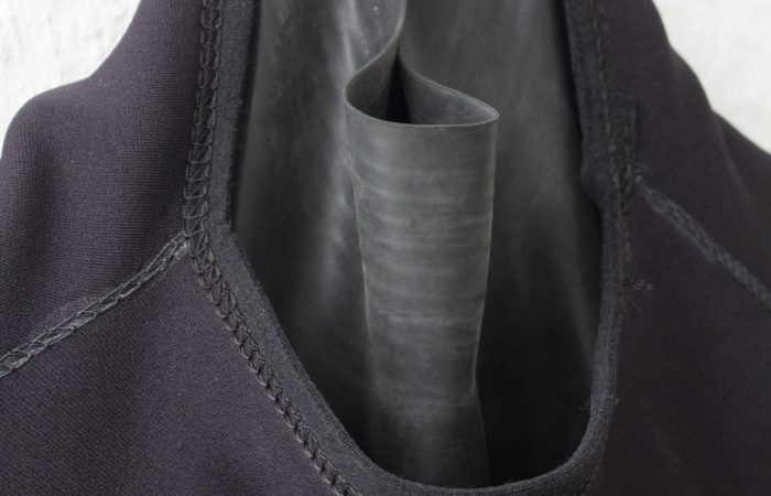 Die Halsmanschette ist sehr eng, für schmale Damenhälse konstruiert. Sie sollte ebenfalls angepasst werden. Einer unserer Testerinnen war sie in der Standardversion viel zu eng.