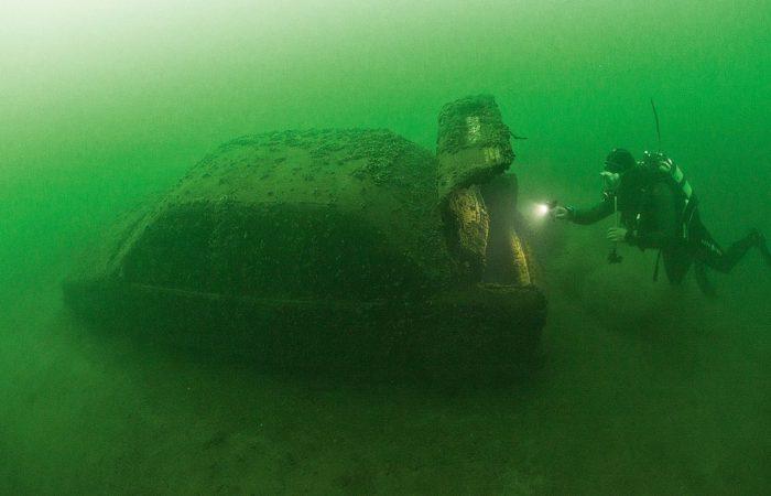 Ein Suzuki auf Abwegen: Wie der Kleinwagen mitten im See in 16 Meter Tiefe landete? Keine Ahnung. Sehenswert ist er auf alle Fälle.