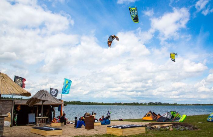 Mehr als Radfahren und Baden: Das Angebot in der Schladitzer Bucht umfasst neben Tauchen auch Kiten, Surfen, Segeln und Beachvolleyball – unter anderem.