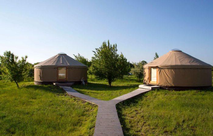 Wie die Mongolen: Neben dem Zeltplatz und Ferienhäusern kann man in der Schladitzer Bucht auch eine Jurte als Unterkunft wählen – eine gute Übernachtungsmöglichkeit für Gruppen und Familien.