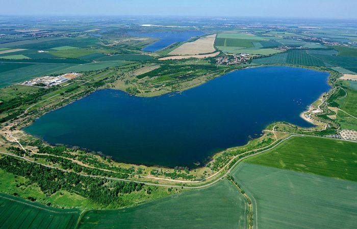 Nostalgie: Der Schladitzer See im Jahr 2011 mit Teilen von »All on Sea« am Ostufer.