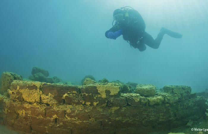 Mauerreste bei der Fundstätte Toru Aigir.