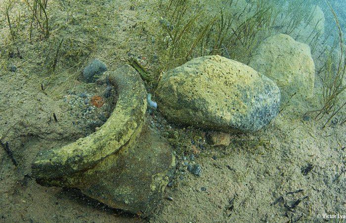 Fundstücke in der versunkenen Siedlung von Toru Aigir (das antike Sikul). Die Datierung ergab ein Alter von über 2000 Jahren.