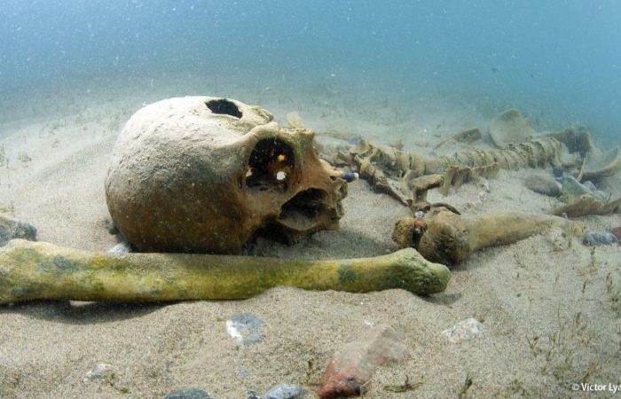 An der versunkenen Begräbnis-Stätte Toru Aigir wurden zahlreiche Skelette entdeckt. Einige sind ebenfalls über 2000 Jahere alt.