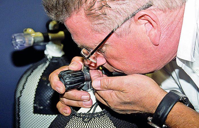 Luft-Check selbstgemacht … Maßnahmen … Wie es um die Luft in der Flasche bestellt ist, kann man im ersten Schritt mit einer Riechprobe feststellen.
