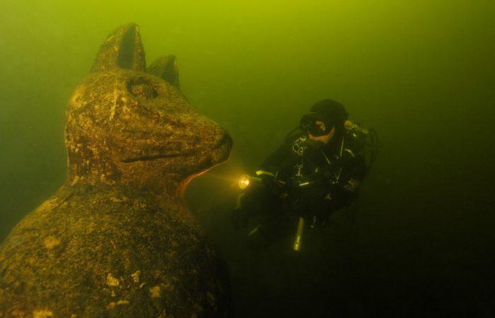 Wahrscheinlich einzigartig auf der Welt! Eine Katze unter Wasser. Foto: Udo Kefrig